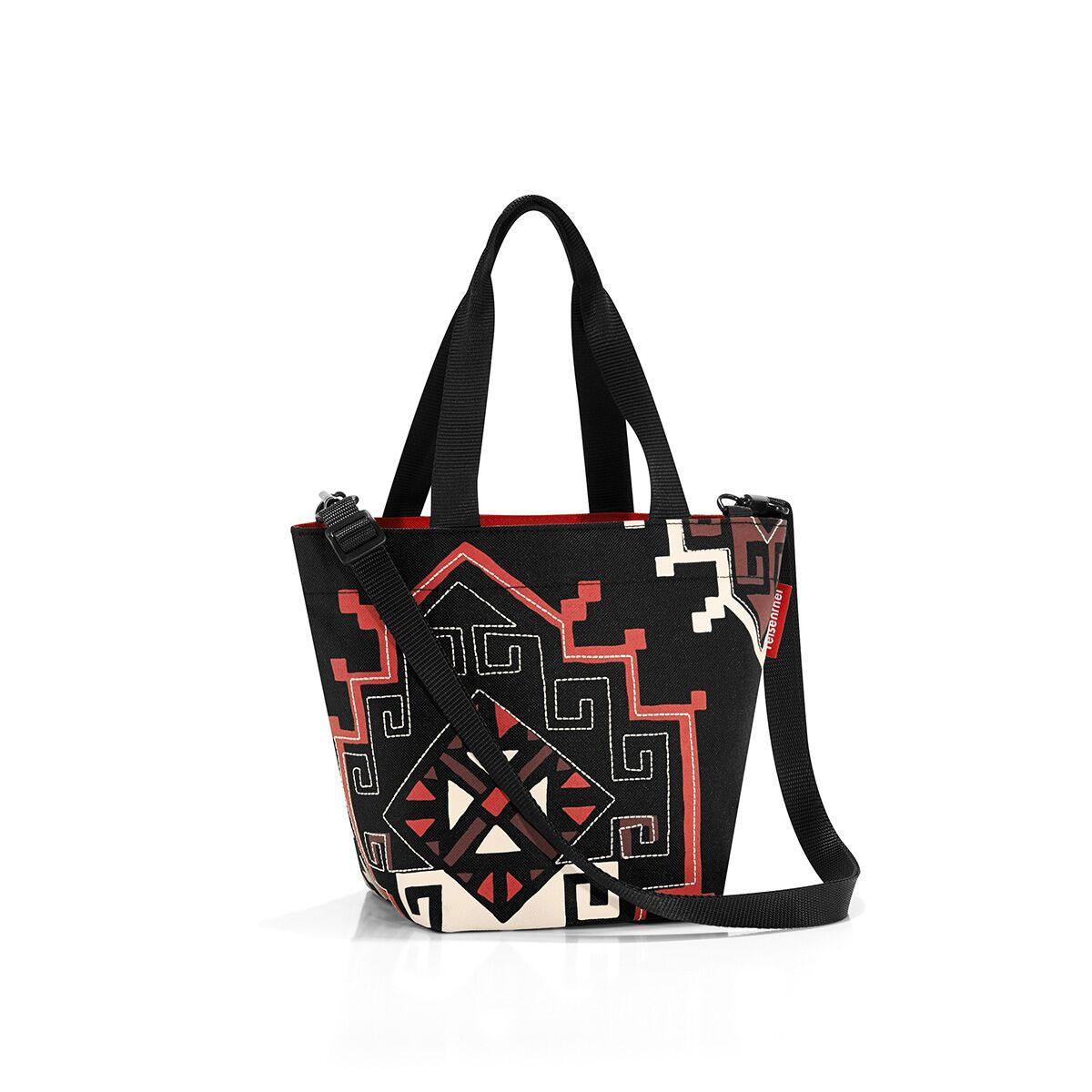 Сумка женская Reisenthel, цвет: черный, темно-красный, серо-бежевый. ZR7035ZR7035Компактная женская сумка Reisenthel, выполненная из текстиля, оформлена оригинальным принтом и вышивкой. Сумка имеет одно отделение, которое закрывается на застежку-молнию. Внутри расположен нашивной карман на застежке-молнии. Сумка оснащена двумя ручками. В комплект входит съемный регулируемый наплечный ремень.