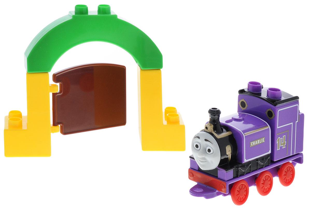 Mega Bloks Thomas & Friends Конструктор Паровозик Чарли в парке животныхCNJ04_DLC13Конструктор Mega Bloks Паровозик Чарли в парке животных - прекрасный подарок для вашего ребенка! Конструкторы Mega Bloks - это новые горизонты творчества. Каждый из наборов - это завершенная конструкция, имеющая некий сюжет. Этот конструктор входит в серию наборов Thomas & Friends, созданных по одноименному мультфильму. Томас и его верная команда помогают жителям городка: привозят почту, чинят железнодорожные пути и возят пассажиров к пунктам назначения. Ваш маленький машинист с удовольствием отправится в парк животных вместе в паровозиком Чарли. Все элементы конструктора совместимы с другими сборными паровозами из этой серии. Воссоздайте для своего маленького машиниста его любимые истории о приключениях паровозиков острова Содор или придумайте свою собственную.