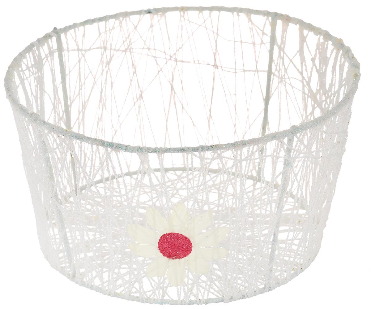 Корзина декоративная Home Queen Сияние, цвет: белый, диаметр 18 см66829_3Декоративная корзинка Home Queen Сияние прекрасно подойдет для хранения пасхальных яиц, а также различных мелочей. Корзинка имеет металлический каркас, обтянутый нитями из полиэстера. Блестки придают изделию особый праздничный вид. Сбоку корзинка декорирована аппликацией в виде цветочка. Такая корзинка украсит интерьер дома к Пасхе, внесет частичку тепла и веселья в ваш дом.