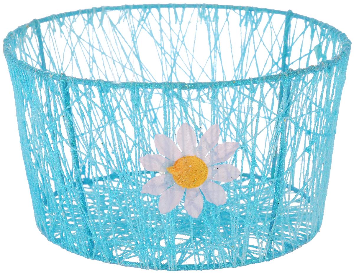 Корзина декоративная Home Queen Сияние, цвет: голубой, диаметр 18 см66829_1Декоративная корзинка Home Queen Сияние прекрасно подойдет для хранения пасхальных яиц, а также различных мелочей. Корзинка имеет металлический каркас, обтянутый нитями из полиэстера. Блестки придают изделию особый праздничный вид. Сбоку корзинка декорирована аппликацией в виде цветочка. Такая корзинка украсит интерьер дома к Пасхе, внесет частичку тепла и веселья в ваш дом.