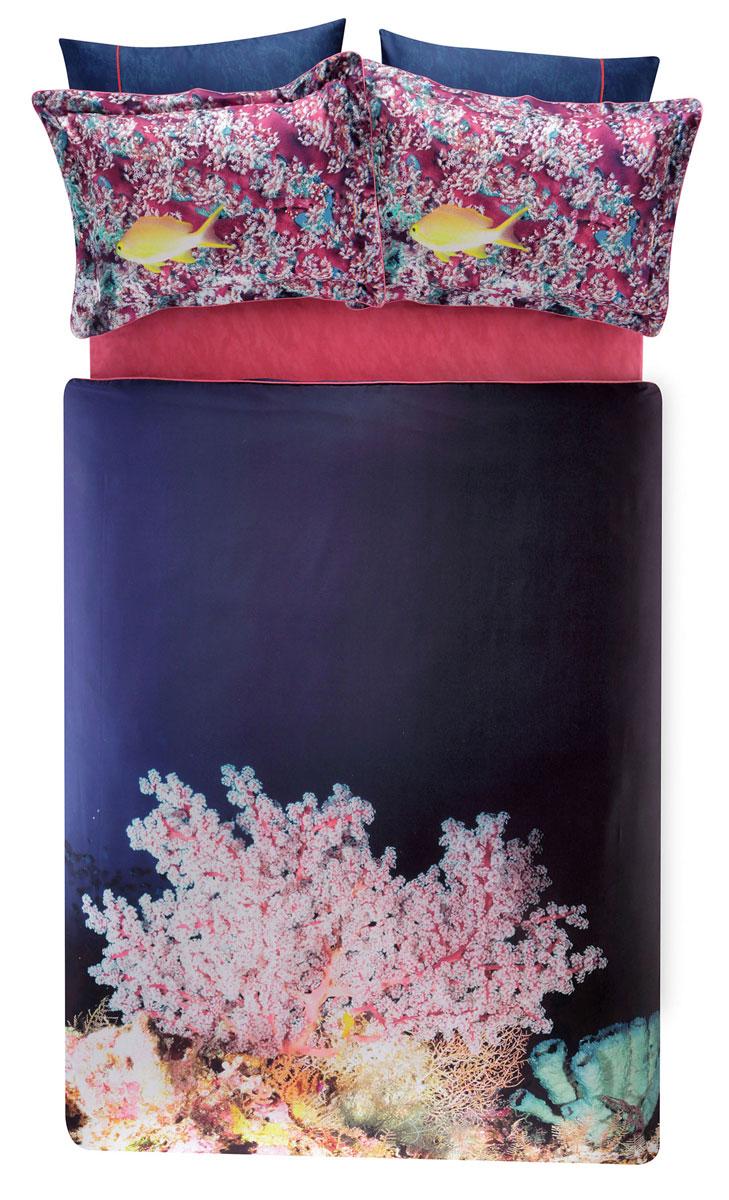 Комплект белья TAC Blush, 2-спальный, наволочки 50х70, цвет: темно-синий, розовый3506Роскошный комплект постельного белья TAC Blush выполнен из качественного плотного сатина и украшен изображением красочных морских обитателей и разнообразных растений. Комплект состоит из пододеяльника, простыни и четырех наволочек. Пододеяльник застегивается на пуговицы. Сатин – гладкая и прочная ткань, которая своим блеском, легкостью и гладкостью похожа на шелк, но выгодно отличается от него в цене. Сатин практически не мнется, поэтому его можно не гладить. Ко всему прочему, он весьма практичен, так как хорошо переносит множественные стирки. Доверьте заботу о качестве вашего сна высококачественному натуральному материалу.