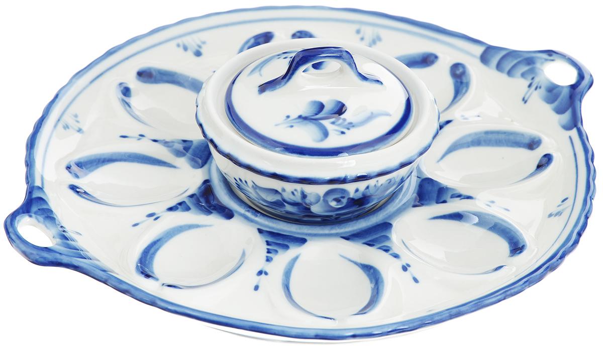 Набор для яиц Праздничный. 993016312993016312Набор Праздничный состоит из тарелки для яиц с ручками и емкости с крышкой. Все предметы набора выполнены из высококачественной керамики и оформлены оригинальной гжельской росписью. На тарелке имеются специальные углубления для 8 яиц и одно углубление для емкости. В емкости можно хранить соус, майонез или использовать ее как солонку. Обращаем ваше внимание, что роспись на изделиях сделана вручную. Рисунок может немного отличаться от изображения на фотографии. Диаметр тарелки: 22,5 см. Высота тарелки: 2,5 см. Диаметр емкости по верхнему краю: 9 см. Высота стенок емкости: 4 см. Объем емкости: 100 мл.