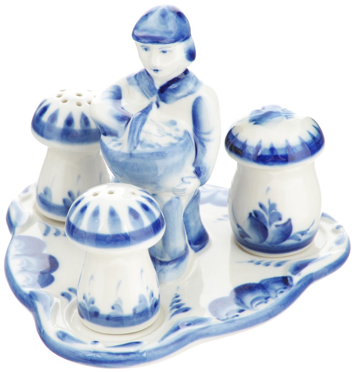Набор для специй Грибник, цвет: белый, синий, 4 предмета. 993002512993002512Набор для специй Грибник состоит из солонки, перечницы, горчичницы, выполненные в форме грибов, и подставки, оформленной фигуркой лесника с корзинкой. Все предметы набора выполнены из керамики и украшены легкой росписью кобальтом, которая сочетает простые линии и орнаменты с красивыми цветочными узорами. Набор легок в использовании: стоит только перевернуть емкости, и вы с легкостью сможете поперчить или добавить соль по вкусу в любое блюдо. Баночка для горчицы оснащена открывающейся крышкой. Эксклюзивный дизайн, эстетичность и функциональность набора позволят ему занять достойное место среди кухонного инвентаря, а сервировка праздничного стола с таким набором, станет великолепным украшением любого торжества. Обращаем ваше внимание, что роспись на изделие сделана вручную. Рисунок может немного отличаться от изображения на фотографии. Размер солонки, перечницы: 4 см х 4 см х 5,5 см. Диаметр горчичницы по верхнему краю: 3 см. ...
