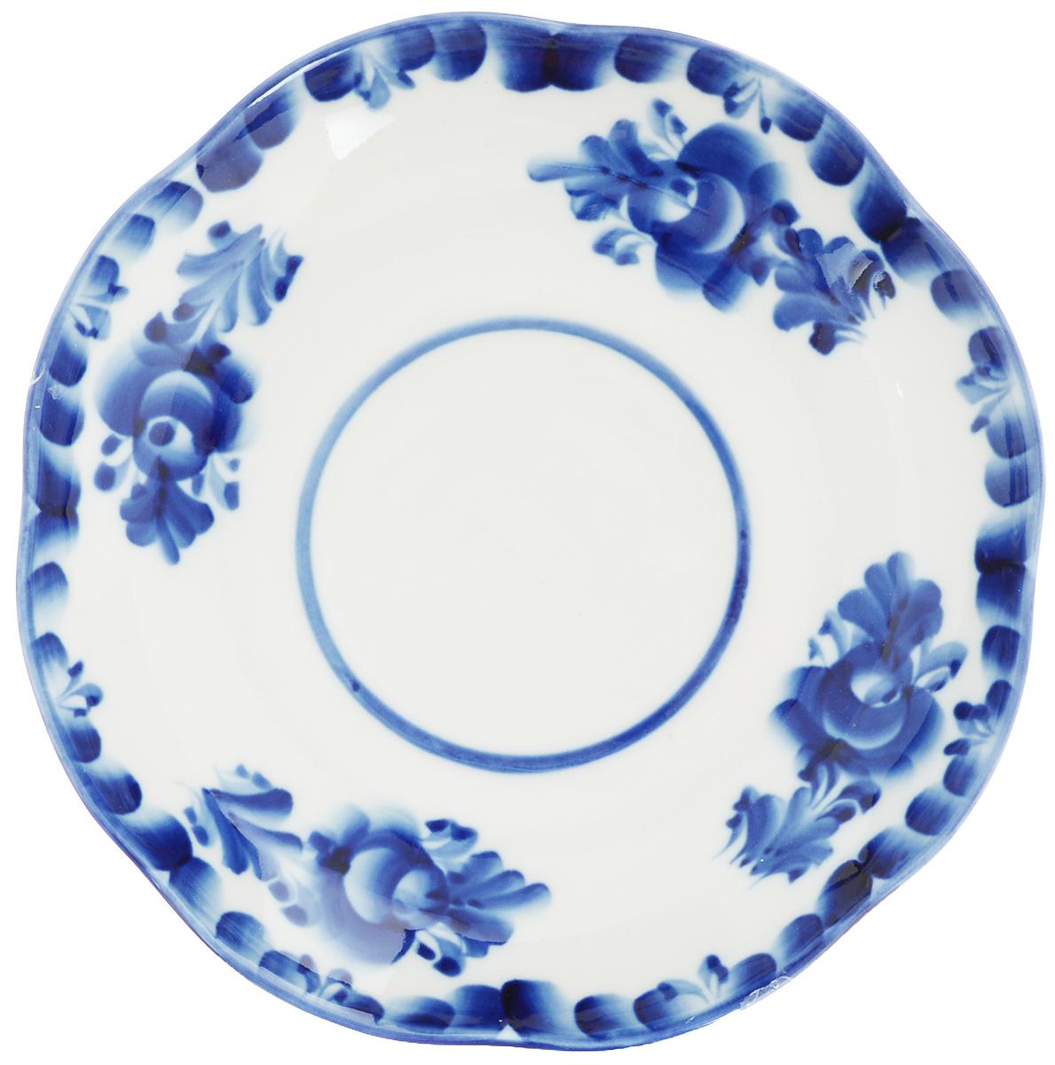 Блюдце Улыбка, диаметр 17,5 см. 993016901993016901Блюдце Улыбка, изготовленное из высококачественной керамики, предназначено для красивой сервировки стола. Блюдце оформлено оригинальной гжельской росписью. Прекрасный дизайн изделия идеально подойдет для сервировки стола. Обращаем ваше внимание, что роспись на изделиях выполнена вручную. Рисунок может немного отличаться от изображения на фотографии. Диаметр: 17,5 см. Высота блюдца: 3 см.