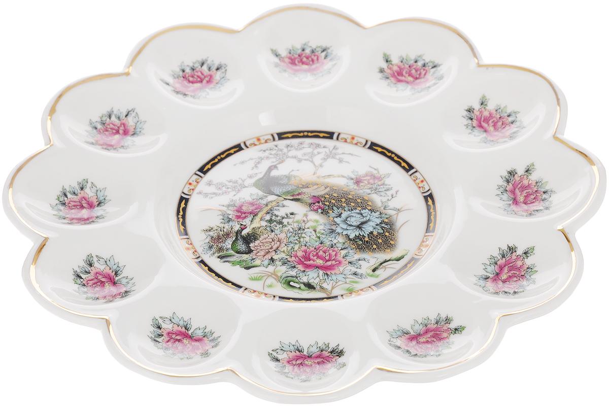 Тарелка для фаршированных яиц Elan Gallery Павлин на золоте, диаметр 24 см740136Тарелка для фаршированных яиц Elan Gallery Павлин на золоте, изготовленная из высококачественной керамики, украсит ваш праздничный стол. На изделии имеются специальные углубления для 12 яиц и кулича. Тарелка оформлена ярким рисунком. Такая тарелка украсит сервировку вашего стола и подчеркнет прекрасный вкус хозяйки. Не рекомендуется применять абразивные моющие средства. Не использовать в микроволновой печи. Диаметр тарелки (по верхнему краю): 24 см.