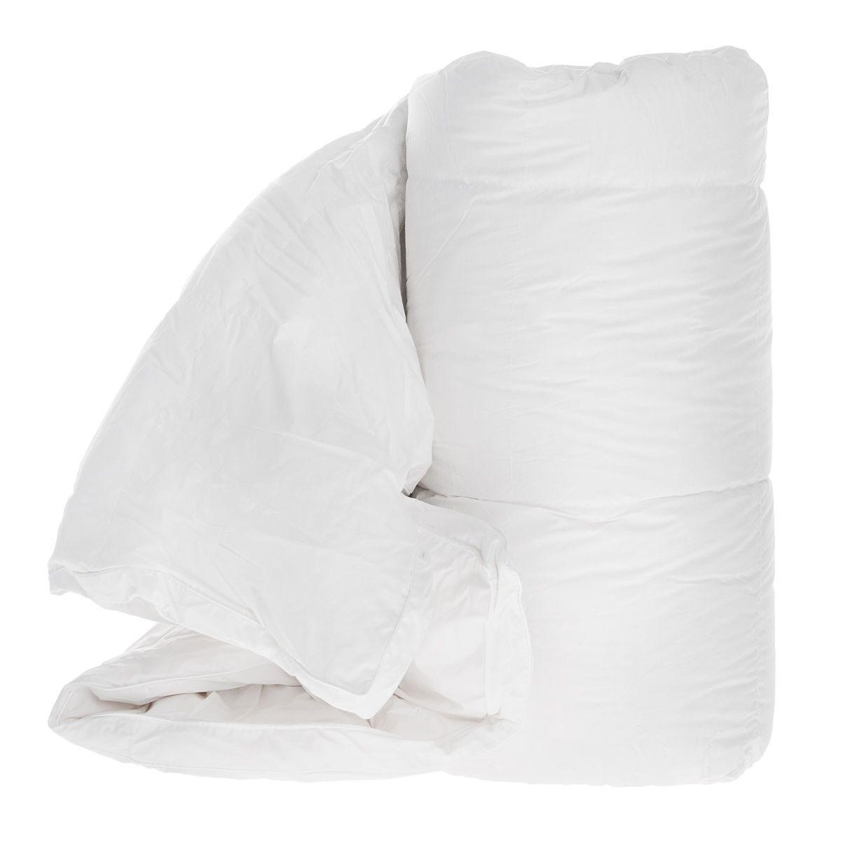 Одеяло TAC Shiny, наполнитель: гусинные пух и перья, 155 x 215 см9911-38844Одеяло TAC Shiny обеспечит вам здоровый сон и комфорт. Чехол выполнен из 100% натурального хлопка и оформлен фигурной стежкой. В качестве наполнителя используется 95% специальный гусиный пух. Наполнитель равномерно распределен внутри чехла. Край одеяла декорирован узором из страз. Гусиный пух сохраняет температуру в 2,5 раза лучше, чем другие наполнители. Специальная обработка пуха препятствует появлению бактерий в одеяле. Ваше одеяло прослужит долго, а его изысканный внешний вид будет годами дарить вам уют. Одеяло упаковано в сумку-чехол, закрывающуюся на застежку-молнию.