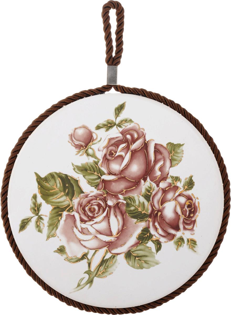 Подставка под горячее Loraine Розы, диаметр 17 см. 2455524555Круглая подставка под горячее Loraine Розы выполнена из высококачественной керамики. Изделие, декорированное красочным изображением, идеально впишется в интерьер современной кухни. Специальное пробковое основание подставки защитит вашу мебель от царапин. Подставка оснащена цветным шнурком с петелькой для подвешивания. Изделие не боится высоких температур и легко чиститься от пятен и жира. Каждая хозяйка знает, что подставка под горячее - это незаменимый и очень полезный аксессуар на каждой кухне. Ваш стол будет не только украшен оригинальной подставкой с красивым рисунком, но и сбережен от воздействия высоких температур ваших кулинарных шедевров. Диаметр подставки: 17 см. Высота подставки: 1 см.