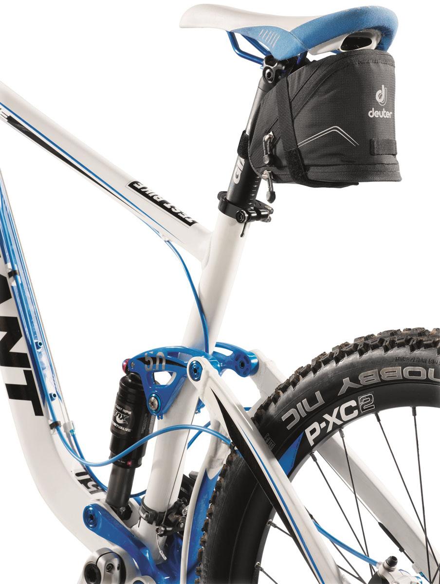 Сумка под седло Deuter 2015 Bike Accessoires Bike Bag II, цвет: черный, 1,1л32612_7000Подседельные сумки с быстрой системой крепления Klick?n Go. Светоотражающие полосы повышают безопасность на вечерней дороге. В дополнение можно прикрепить к петле фонарик безопасности. Достаточно места для размещения инструментов, запасной камеры, ключей и мелких деталей. Увеличенный вариант сумки оснащен дополнительной секцией на молнии, в которую можно положить легкую куртку. Моющаяся внешняя ткань.