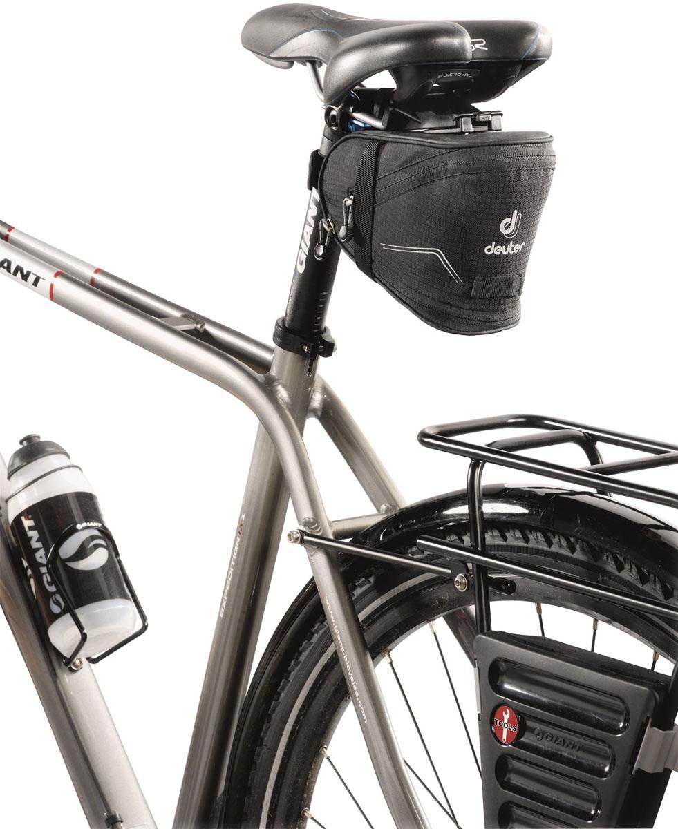 Сумка под седло Deuter 2015 Bike Accessoires Bike Bag IV, цвет: черный, 1,3л32632_7000Подседельные сумки с быстрой системой крепления Klick?n Go. Светоотражающие полосы повышают безопасность на вечерней дороге. В дополнение можно прикрепить к петле фонарик безопасности. Достаточно места для размещения инструментов, запасной камеры, ключей и мелких деталей. Увеличенный вариант сумки оснащен дополнительной секцией на молнии, в которую можно положить легкую куртку. Моющаяся внешняя ткань.