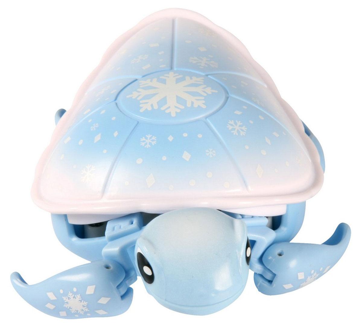 Moose Интерактивная игрушка Черепашка Powder цвет голубой28196/ast28095(28196,28197,28198,28199)Новинка среди интерактивных питомцев Little Live Pets – черепашки. Эти новые животные от Moose отлично ползают по суше и еще лучше плавают в воде. Ребенок спокойно сможет играться с ней во время купания. При движении черепашка передвигает ластами и шевелит головой словно живая. В ассортименте представлено 4 черепашки различных расцветок: зеленая, красная, белая, фиолетовая. Внимание! Для работы понадобится батарейка типа ААА. Она в комплект не входит. Батарейки необходимо приобретать отдельно. Голубая черепашка с бело-голубым панцирем. Игрушка рекомендована для детей в возрасте от 5 лет.