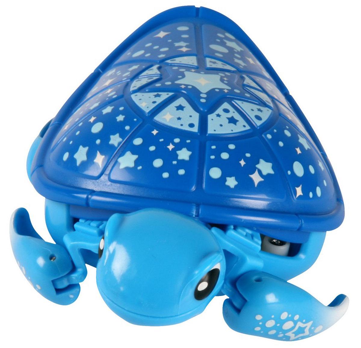 Moose Интерактивная игрушка Черепашка в аквариуме 2816728167Интерактивная игрушка Moose Черепашка в аквариуме без сомнения заинтригует детей, которые очень любят животных. Игрушка выполнена из прочных материалов и обладает интересным окрасом. От своих живых собратьев черепашка отличается яркой расцветкой. Голова и ласты выкрашены в голубой цвет, а ее синий панцирь украшен разнообразными звездочками. На брюшке черепахи находится кнопка для включения - выключения игрушки. Питомец отлично ползает по суше, а так же плавает в воде. При движении черепашка передвигает ластами и шевелит головой словно настоящая. В комплекте с черепашкой идет специальная коробка с ручкой. Ее можно использовать для переноски питомца или же, как аквариум. Дно коробки имитирует берег и песчаное дно. Оно не пропускает воду. Купание с таким питомцем обязательно вызовет у ребенка неподдельный восторг, даже нелюбимое занятие как мытье головы пройдет незамеченным. Для работы понадобится батарейка типа ААА (в комплект не входит).