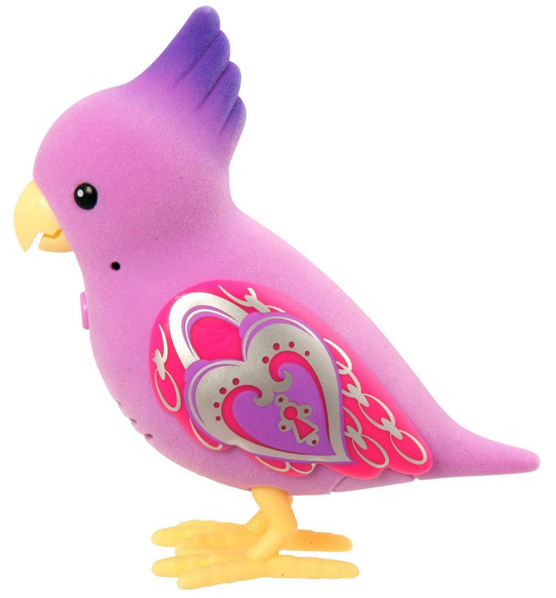 Moose Интерактивная игрушка Говорящая птичка Polly Locket28224/ast28222 (28224, 28225, 28226, 28227, 28228, 28229)Встречайте новых персонажей из семейства говорящих птичек от Moose. Птички из четвертой серии Little Live Pets стали более красивыми. Их крылья переливаются и блестят на солнце. Каждая птичка умеет щебетать несколько мелодий. Они способны запоминать ваши фразы и воспроизводить их на свой манер. Внимание! Для работы птички понадобятся две батарейки типа ААА. Они в комплект не входят. Батарейки необходимо приобретать отдельно. Игрушка рекомендована для детей в возрасте от 5 лет.