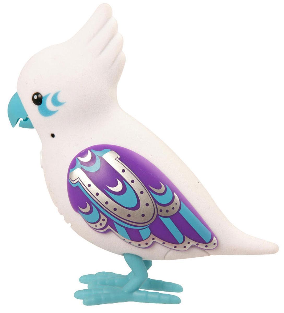 Moose Интерактивная игрушка Говорящая птичка Lucky Lee28228/ast28222 (28224, 28225, 28226, 28227, 28228, 28229)Интерактивная игрушка Moose Говорящая птичка Lucky Lee - это замечательный друг для того, кто всегда мечтал завести у себя дома попугайчика. Яркая птичка выполнена из высококачественных материалов и имеет приятное на ощупь флоковое покрытие. Ее крылья переливаются и блестят на солнце. На спинке у птички сенсорный датчик. Если ее погладить по голове, она споет для вас. Lucky Lee щебечет и тихо поет, чтобы на нее обратили внимание, но через полчаса в одиночестве она засыпает. Чтобы разбудить питомца, нужно нажать на кнопку на груди. Кроме того, Lucky не только щебечет и напевает, но еще и умеет запоминать и воспроизводить фразы, которые она слышит. Ваш ребенок будет в восторге от такого подарка! Необходимо докупить 2 батарейки напряжением 1,5V типа ААА (не входят в комплект).