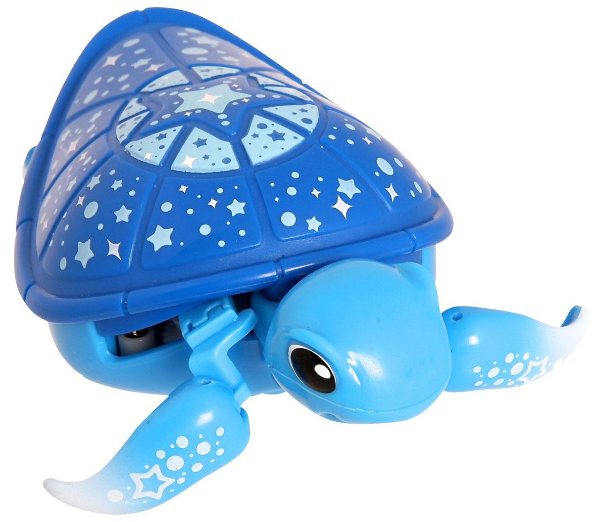 Moose Интерактивная игрушка Черепашка в аквариуме28046 (28148)Интерактивная игрушка Moose Черепашка в аквариуме без сомнения заинтригует детей, которые очень любят животных. Игрушка выполнена из прочных материалов и обладает интересным окрасом. От своих живых собратьев черепашка отличается яркой расцветкой. Голова и ласты выкрашены в голубой цвет, а ее синий панцирь украшен разнообразными звездочками. На брюшке черепахи находится кнопка для включения — выключения игрушки. Питомец отлично ползает по суше, а так же плавает в воде. При движении черепашка передвигает ластами и шевелит головой словно настоящая. В комплекте с черепашкой идет специальная коробка с ручкой. Ее можно использовать для переноски питомца или же, как аквариум. Дно коробки имитирует берег и песчаное дно. Оно не пропускает воду. Купание с таким питомцем обязательно вызовет у ребенка неподдельный восторг, даже нелюбимое занятие как мытье головы пройдет незамеченным. Для работы понадобится батарейка типа ААА (в комплект не входит).
