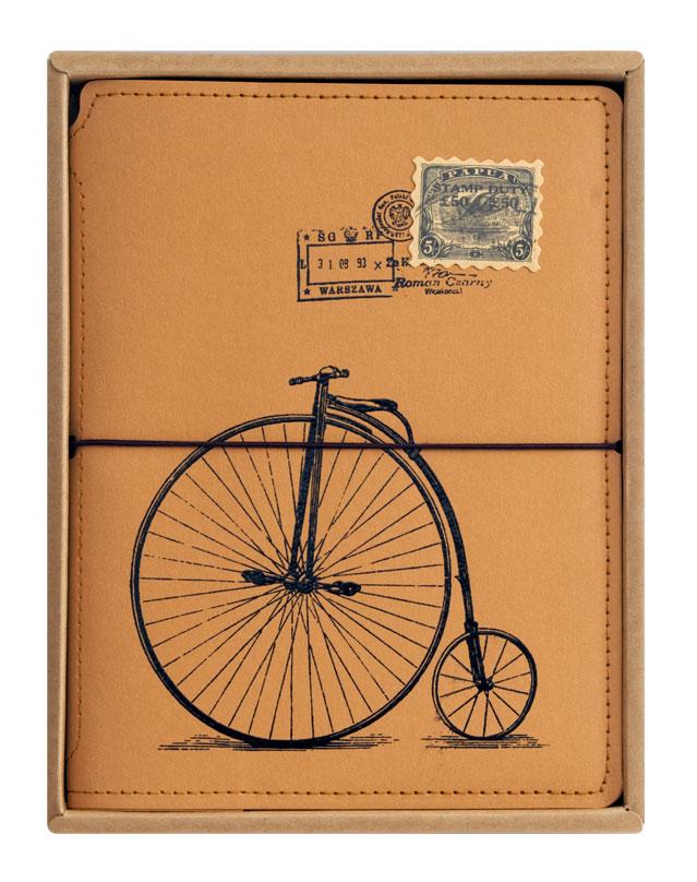 Записная книжка Белоснежка Ретро велосипед. 723-SB723-SBЗаписная книжка оборудована прочной резинкой, что позволяет ей всегда быть плотно закрытой. Во внутренней части обложки есть карман для хранения мелочей. Листы блокнота сделаны из плотной крафт бумаги и прошиты в прочный переплет. Всего листов 80. Книга для записай упакована в коробку и прозрачный пакет.Количество листов: 80. Размер 150 х 200 х 20 мм