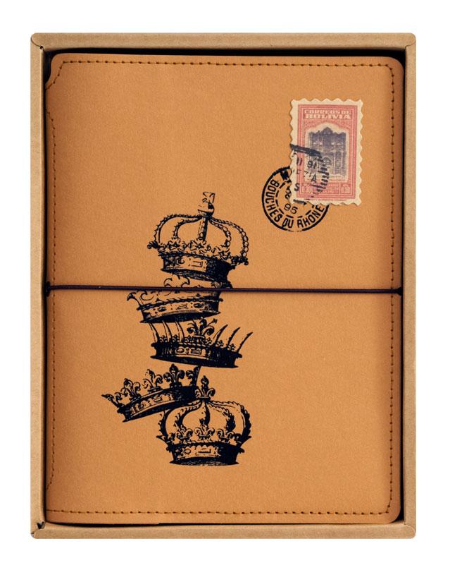 Записная книжка Белоснежка Короны724-SBЗаписная книжка Короны выполнена в популярном для скрапбукинга стиле Винтаж. Обложка изготовлена из качественного плотного крафт-картона и украшена принтами старинных корон. По периметру блокнот оформлен декоративной отстрочкой. Этот органайзер станет незаменим в делах и учебе, будет отличным помощником в ведении кулинарной книги или в сохранении творческих идей. Записная книжка имеет прочную резинку, что позволяет ей всегда быть плотно закрытой. Во внутренней части обложки есть карман для хранения мелочей. Листы блокнота сделаны из плотной бумаги и прошиты в прочный переплет. Количество листов 80. Размер: 15 х 20 см.