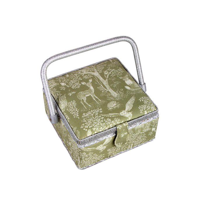 Шкатулка для рукоделия RTO. 3788-RT-253788-RT-25Деревянный каркас (сосна), пластиковые элементы, пластиковый поддон и игольница внутри, обтянута хлопковой тканью