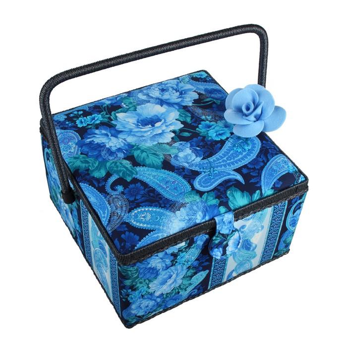 Шкатулка для рукоделия RTO, с декором. 3818-RT-99D3818-RT-99DДеревянный каркас (сосна), пластиковые элементы, пластиковый поддон и игольница внутри, обтянута хлопковой тканью