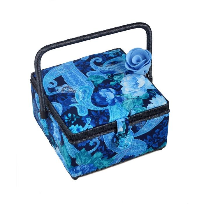 Шкатулка для рукоделия RTO, с декором. 3824-RT-32D3824-RT-32DДеревянный каркас (сосна), пластиковые элементы, пластиковый поддон и игольница внутри, обтянута хлопковой тканью