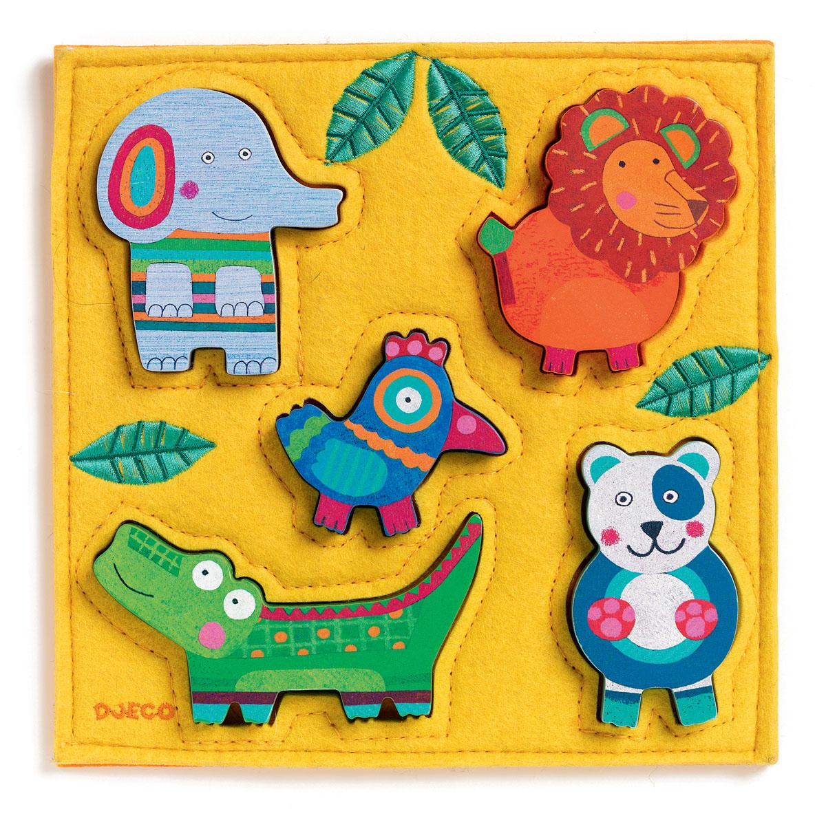 Djeco Пазл для малышей Джунга01041Деревянный пазл Джунга от французского производителя игрушек Djeco – яркая красочная развивающая игрушка для малышей от 1 года. Пазл представляет собой поле из текстиля яркого оранжевого цвета размером 21 х 21 см. На поле находятся 5 забавных фигурок из дерева, которые малыш должен вставить в специальные отверстия. Слоненок, лев, птичка, крокодил и панда обязательно понравятся малышу, и он будет играть с ними снова и снова. Набор прекрасно развивает логику ребенка и тренирует моторику маленьких пальчиков, разные текстуры материалов развивают тактильные ощущения. Игра учит малыша внимательности и усидчивости. Набор продается в красивой коробке и идеально подходит для подарка.