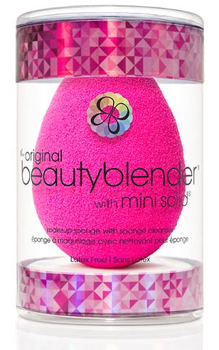 Beautyblender Спонж original и мини мыло для очистки Solid Blendercleanser1035Известный визажист, создающая безупречный и сияющий вид, работающая с макияжами знаменитостей, Рея Энн Сильва изменила подход к макияжу женщин с помощью революционного средства beautyblender. Изначально созданный для профессионалов спонж beautyblender помогал выглядеть безупречно на съемках с использованием камер высокой четкости. Распространившись очень быстро в среде визажистов спонж beautyblender стал не только секретом на съемочной площадке, о нем говорили и его обсуждали в Твиттере. Благодаря своему безлатексному материалу с эксклюзивной структурой открытой ячейки, возможностью повторного использования и простому процессу нанесения (увлажнить/сжать/нанести) спонж beautyblender стал средством, без которого ни один фанат макияжа или ухода за собой не сможет обойтись. Революционная форма делает его использование очень простым, благодаря способности добраться до труднодоступных участков с удивительной лёгкостью. Полностью отсутствуют линии и полосы, которые оставляют угловые и...