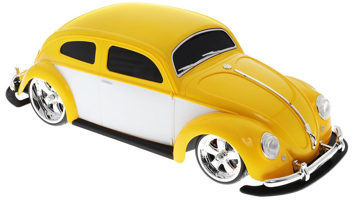 Maisto Радиоуправляемая модель Volkswagen Beetle цвет желтый81041Радиоуправляемая модель Maisto Volkswagen Beetle желтого цвета является точной уменьшенной копией настоящего автомобиля в масштабе 1:10. Модель выполнена из прочных материалов, шины выполнены из резины. Машинка при помощи пульта управления движется вперед, дает задний ход, поворачивает влево и вправо, останавливается. С помощью пульта управления также можно контролировать свет передних и задних фар (выключение, ближний свет, дальний свет). Модель развивает хорошую скорость и обладает высокой стабильностью движения, что позволяет полностью контролировать процесс, управляя уверенно и без суеты. Пульт управления имеет три частоты, что позволяет одновременно управлять 2-3 моделями. Такая машинка станет отличным подарком не только любителю автомобилей, но и человеку, ценящему оригинальность и изысканность, а качество исполнения представит такой подарок в самом лучшем свете. Машина работает от сменного аккумулятора (входит в комплект). Пульт управления работает от батарейки типа...