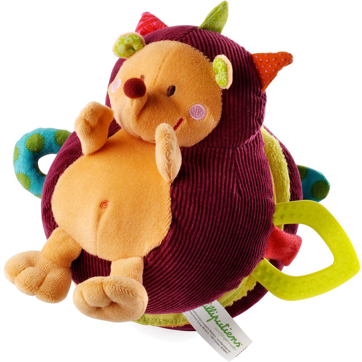 Lilliputiens Развивающая игрушка Ежик Симон 8624586245Развивающая игрушка Lilliputiens Ежик Симон таит в себе целый фантастический мир! Ваш ребенок с удовольствием окунется в этот волшебный мир, с интересом будет открывать мягкую книжку в виде ежика, знакомиться с разнообразными животными. Малыш узнает мудрую сову, трудолюбивого крота и гусеницу Джульетту. Вибрирующий крот прячется в норе, гусеница прячется в шуршащем яблоке, а зеркальце по волшебству превратилось в целое озеро! Игрушка выполнена с использованием различных текстур, поэтому малышам так приятно ее трогать и обнимать, при этом развиваются тактильные ощущения. Зеркальце, шуршалка, вибрирующий элемент, погремушка, прорезыватель, липучка, бубенчик - все это составляющие ежика. Игрушка поможет развить в вашем малыше слух, зрение и осязание.