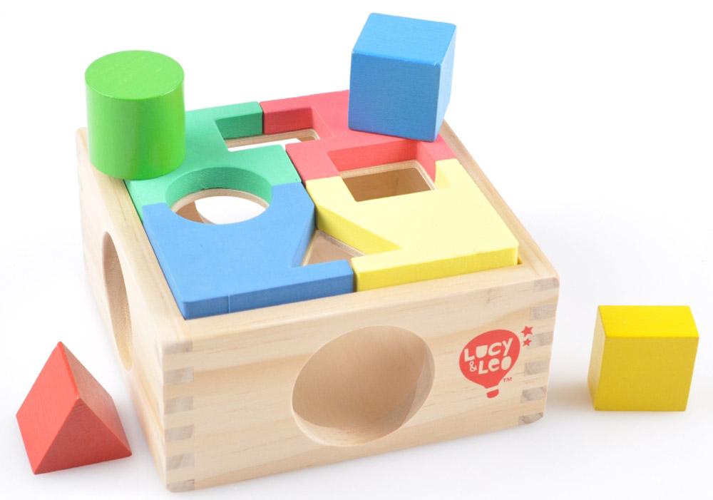 Lucy&Leo Сортер Занимательная коробкаLL112Любой любознательный ребенок будет в восторге от этой чудесной коробочки – она таит в себе немало увлекательных сюрпризов. Цветной пазл из яркого и приятного на ощупь материала кладется наверх шкатулочки, а потом начинается новая игра – геометрическая головоломка! К тому же эту яркую шкатулку легко можно использовать в других играх, всё зависит только от воображения малыша. С ней легко и быстро развиваются навыки решения задач, воображение и гибкость мышления.