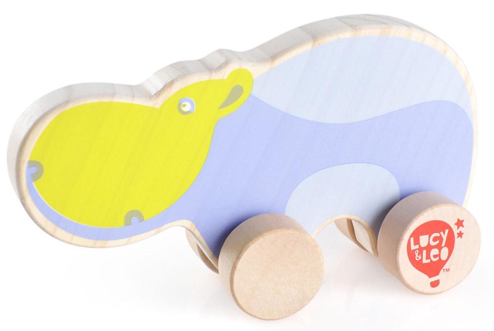 Lucy&Leo Игрушка-каталка БегемотLL122Яркая игрушка Бегемот изготовлена из экологически чистой древесины. Каталки – просто незаменимые игрушки для малышей. Развивает координацию движений, побуждает малыша к действию.Особенности: яркое оформление игрушки тренирует цветовое восприятие и привлекает внимание малыша; вращающиеся колесики легко скользят по гладкой поверхности.