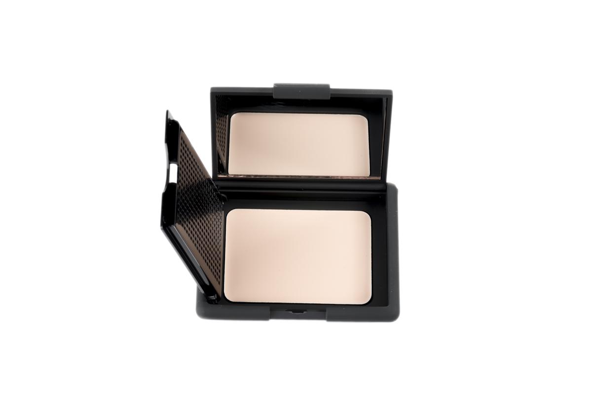 Nouba Основа под макияж матирующая Perfecta Face Primer 8мл15060Матирующая основа под макияж или же праймер - выравнивает цвет лица, скрывает неровности, визуально сужает поры и мелкие морщинки, дарит коже матовый эффект. Праймер делает кожу мягкой и шелковистой, обеспечивает стойкость макияжу, идеален для подготовки кожи перед нанесением тональной основы. Удобная компактная упаковка с зеркальцем и спонжем.