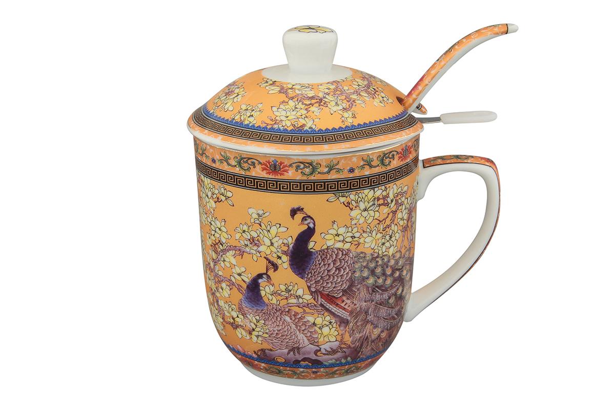 Кружка с металлическим ситом Elan Gallery Павлин, с ложкой, 320 мл. 180848180848Великолепная кружка с металлическим ситом для заваривания чая и ложкой станет желанным подарком и украсит ваше чаепитие.