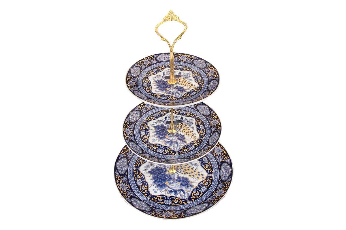 Фруктовница Elan Gallery Павлин, трехъярусная471346Оригинальная ваза для фруктов Elan Gallery Павлин, выполненная из высококачественной керамики, может стать чудесным украшением не только кухонного стола, ее можно поставить также и в гостиной комнате. Изделие состоит из 3 блюд разного диаметра. Стойка-держатель выполнена из металла с золотистым покрытием. Фруктовница предназначена для красивой сервировки конфет, фруктов и десертов. Диаметр блюд: 23 см; 18,5 см; 15 см. Высота фруктовницы: 34 см.