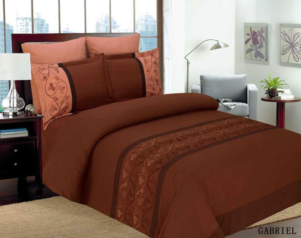 Комплект белья Arya Gabriel, 2-х спальный, наволочки 50x70, 70x70, цвет: коричневыйF0088331Комплект постельного белья линии Classi Жаккард изготовлен из микрофибры с декоративной вышивкой. Постельное белье из микрофибры – вариант для практичных и экономных хозяек. Ткань производится из тончайших волокон, поэтому она такая мягкая и приятная на ощупь. Микрофибра не впитывает влагу, а пропускает ее через себя и выводит наружу, поэтому очень быстро сохнет. Постельное белье из микрофибры приято на ощупь и почти не электризуется. Эта ткань больше других синтетических похожа на хлопок. При правильном уходе такое белье прослужит вам годы, не выцветет и не полиняет после множества стирок. Наволочки с декоративным кантом, которые входят в этот комплект, особенно подойдут, если вы предпочитаете класть подушки поверх покрывала. Кайма шириной 5-10см с трех или четырех сторон делает подушки визуально более объемными, смотрятся они очень аккуратно, даже парадно. Еще такие наволочки называют оксфордскими или наволочками с ушками. Classi – молодая турецкая компания, которая производит...