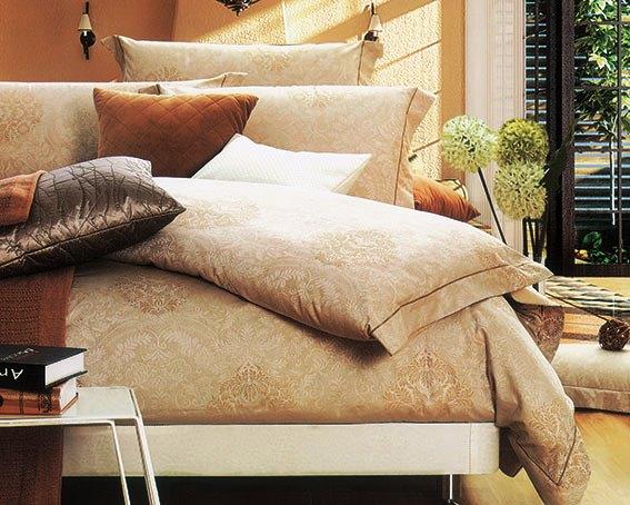 Комплект белья Arya Bamberg, 2-х спальный, наволочки 50x70, цвет: золотойTR0000284Комплект постельного белья линии Romance Жаккард изготовлен из хлопкового жаккарда. Жаккард – это ткань с уникальным рисунком, который создают на специальном станке. Из-за сложного плетения эта ткань довольно жесткая, поэтому используют ее только для верхней стороны пододеяльника и наволочек. Хлопковый жаккард соединяет в себе все плюсы натуральной ткани и сложного плетения: хорошо впитывает влагу, дышит, долговечен и прочнее любой ткани, кроме натурального шелка. В сатине высокой плотности нити очень сильно скручены, поэтому ткань гладкая и немного блестит. Комплект из плотного сатина прослужит дольше любого другого хлопкового белья. Благодаря диагональному пересечению нитей, он почти не мнется, но по гладкости и мягкости уступает атласным тканям. Производитель данного постельного белья- Компания Arya- создана в 1992 году в Стамбуле. Довольно быстро она стала лидером турецкого рынка текстиля. Бренд следует всем веяниям моды, это касается как современных дизайнов, так и...