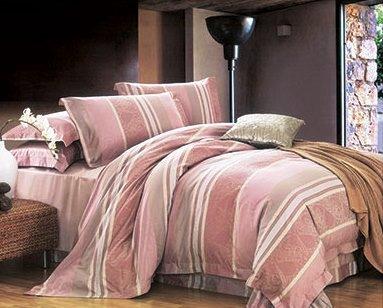Комплект белья Arya Grabow, 2-х спальный, наволочки 50x70, цвет: розовыйTR0000283Комплект постельного белья линии Romance Жаккард изготовлен из хлопкового жаккарда. Жаккард – это ткань с уникальным рисунком, который создают на специальном станке. Из-за сложного плетения эта ткань довольно жесткая, поэтому используют ее только для верхней стороны пододеяльника и наволочек. Хлопковый жаккард соединяет в себе все плюсы натуральной ткани и сложного плетения: хорошо впитывает влагу, дышит, долговечен и прочнее любой ткани, кроме натурального шелка. В сатине высокой плотности нити очень сильно скручены, поэтому ткань гладкая и немного блестит. Комплект из плотного сатина прослужит дольше любого другого хлопкового белья. Благодаря диагональному пересечению нитей, он почти не мнется, но по гладкости и мягкости уступает атласным тканям. Производитель данного постельного белья- Компания Arya- создана в 1992 году в Стамбуле. Довольно быстро она стала лидером турецкого рынка текстиля. Бренд следует всем веяниям моды, это касается как современных дизайнов, так и...