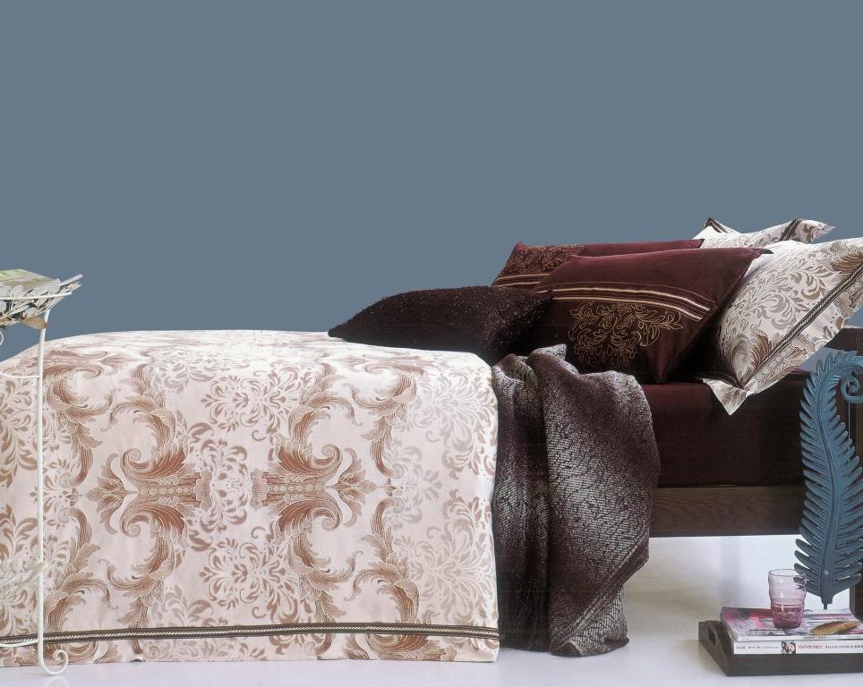 Комплект белья Arya Grafton, 2-х спальный, наволочки 50x70, цвет: темно-коричневыйTR00001327Комплект постельного белья линии Romance Жаккард изготовлен из хлопкового жаккарда. Жаккард – это ткань с уникальным рисунком, который создают на специальном станке. Из-за сложного плетения эта ткань довольно жесткая, поэтому используют ее только для верхней стороны пододеяльника и наволочек. Хлопковый жаккард соединяет в себе все плюсы натуральной ткани и сложного плетения: хорошо впитывает влагу, дышит, долговечен и прочнее любой ткани, кроме натурального шелка. В сатине высокой плотности нити очень сильно скручены, поэтому ткань гладкая и немного блестит. Комплект из плотного сатина прослужит дольше любого другого хлопкового белья. Благодаря диагональному пересечению нитей, он почти не мнется, но по гладкости и мягкости уступает атласным тканям. Производитель данного постельного белья- Компания Arya- создана в 1992 году в Стамбуле. Довольно быстро она стала лидером турецкого рынка текстиля. Бренд следует всем веяниям моды, это касается как современных дизайнов, так и...