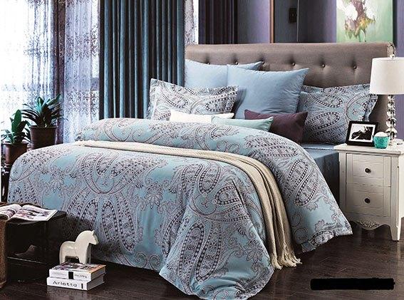 Комплект белья Arya Florian, 2-х спальный, наволочки 50x70, цвет: голубойTR0000281Комплект постельного белья линии Romance Жаккард изготовлен из хлопкового жаккарда. Жаккард – это ткань с уникальным рисунком, который создают на специальном станке. Из-за сложного плетения эта ткань довольно жесткая, поэтому используют ее только для верхней стороны пододеяльника и наволочек. Хлопковый жаккард соединяет в себе все плюсы натуральной ткани и сложного плетения: хорошо впитывает влагу, дышит, долговечен и прочнее любой ткани, кроме натурального шелка. В сатине высокой плотности нити очень сильно скручены, поэтому ткань гладкая и немного блестит. Комплект из плотного сатина прослужит дольше любого другого хлопкового белья. Благодаря диагональному пересечению нитей, он почти не мнется, но по гладкости и мягкости уступает атласным тканям. Производитель данного постельного белья- Компания Arya- создана в 1992 году в Стамбуле. Довольно быстро она стала лидером турецкого рынка текстиля. Бренд следует всем веяниям моды, это касается как современных дизайнов, так и...