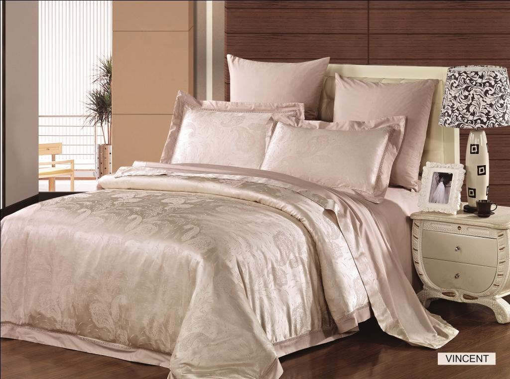 Комплект белья Arya Vincent, 2-х спальный, наволочки 50x70, 70x70, цвет: светло-бежевыйF0087489Роскошный комплект постельного белья линии Magestic выполнен из жаккардового сатина, основой которого является бамбуковое волокно. Состоит из пододеяльника, простыни и четырех наволочек. Жаккард – это ткань с уникальным рисунком, который создают на специальном станке. Бамбуковая ткань не вызывает аллергии, не накапливает статическое электричество, обладает бактерицидными свойствами, почти не мнется. Жаккард из бамбука мягче хлопкового и более гладкий, что важно для людей с чувствительной кожей. Для комфортного сна из жаккарда делают только верхнюю сторону пододеяльника и наволочек- внутренняя сторона – из гладкого сатина. В комплект входят наволочки с декоративным кантом, которые особенно подойдут, если вы предпочитаете класть подушки поверх покрывала. Кайма шириной 5-10 см с трех или четырех сторон сделает подушки визуально более объемными, при этом смотреться они будут очень аккуратно, и даже парадно. Еще такие наволочки называют оксфордскими или наволочками с ...