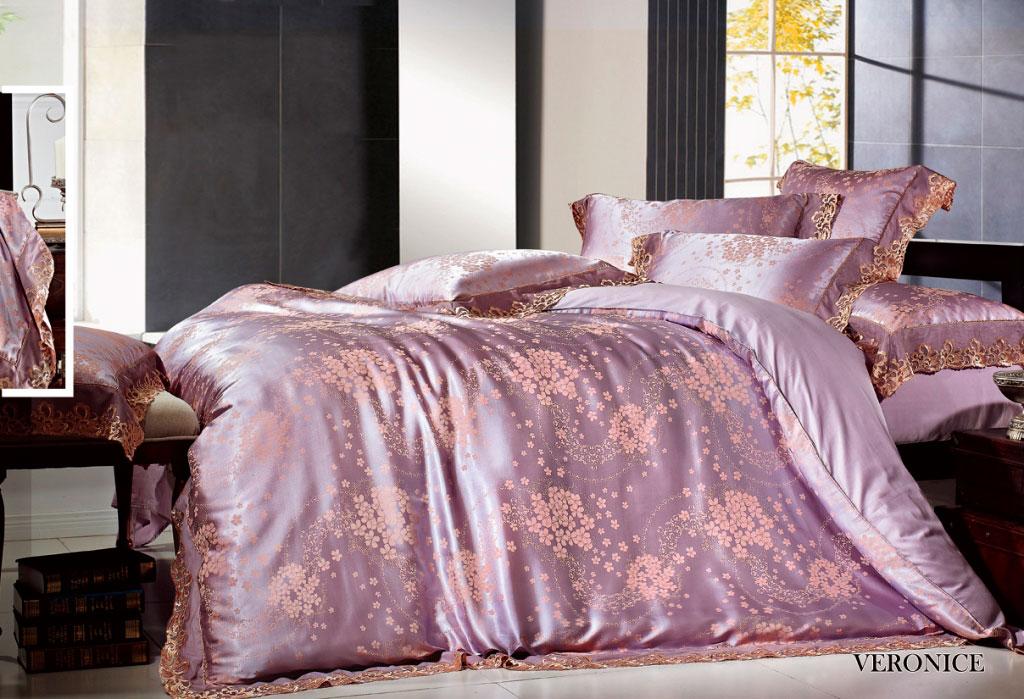 Комплект белья Arya Veronice, 2-спальный, наволочки 50x70, 70x70TR1001089Роскошный комплект постельного белья Arya Veronice состоит из пододеяльника, простыни и четырех наволочек, выполненных из сатина и жаккарда с тонким гипюром высокого качества. Жаккард - это ткань с уникальным рисунком, который создают на специальном станке. Из-за сложного плетения эта ткань довольно жесткая, поэтому используют ее только для верхней стороны пододеяльника и наволочек. Жаккард соединяет в себе все плюсы натуральной ткани и сложного плетения: хорошо впитывает влагу, дышит, долговечен и прочнее любой ткани, кроме натурального шелка. В сатине высокой плотности нити очень сильно скручены, поэтому ткань гладкая и немного блестит. Комплект из плотного сатина прослужит дольше любого другого хлопкового белья. Гипюром называется кружевное полотно, состоящее из фрагментов, сплетенных на коклюшках или сшитых иглой. Фрагменты соединяются тонкими связками. Гипюр производится из наитончайших шелковых или хлопчатобумажных нитей. Благодаря...