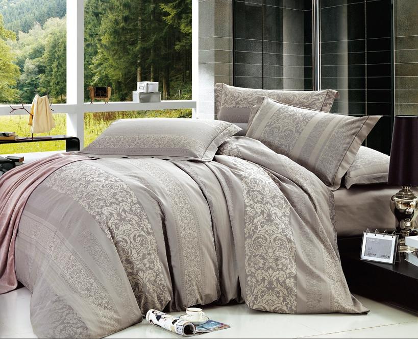 Комплект белья Arya Rufina, 2-х спальный, наволочки 50x70, цвет: светло-серыйF0007391Комплект постельного белья линии Romance Жаккард изготовлен из хлопкового жаккарда. Жаккард – это ткань с уникальным рисунком, который создают на специальном станке. Из-за сложного плетения эта ткань довольно жесткая, поэтому используют ее только для верхней стороны пододеяльника и наволочек. Хлопковый жаккард соединяет в себе все плюсы натуральной ткани и сложного плетения: хорошо впитывает влагу, дышит, долговечен и прочнее любой ткани, кроме натурального шелка. В сатине высокой плотности нити очень сильно скручены, поэтому ткань гладкая и немного блестит. Комплект из плотного сатина прослужит дольше любого другого хлопкового белья. Благодаря диагональному пересечению нитей, он почти не мнется, но по гладкости и мягкости уступает атласным тканям. Производитель данного постельного белья- Компания Arya- создана в 1992 году в Стамбуле. Довольно быстро она стала лидером турецкого рынка текстиля. Бренд следует всем веяниям моды, это касается как современных дизайнов, так и...