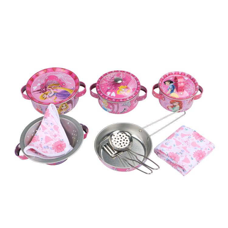 Disney Игровой набор детской посуды Принцесса Королевский ужинDSN0201-001Главной особенностью набора является фирменное и красочное оформление, выполненное совместно с компанией Disney. Каждый элемент тщательно проработан и детализирован – от упаковки до самого маленького блюдца. Материал посуды – прочный, легкий металл, который не разобьется во время игры. В набор кухонной посуды Королевский ужин входит 12 предметов: - 1 салфетка - 1 прихватка - 2 прибора - 3 крышки - 3 кастрюли - 1 сковорода - 1 дуршлаг