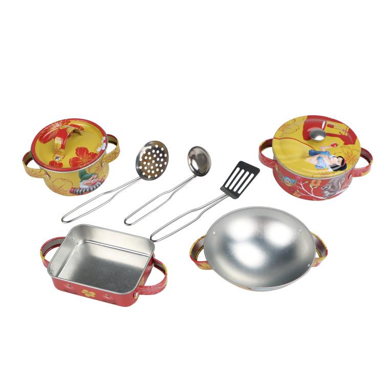 Disney Игровой набор детской посуды Принцесса БелоснежкаDSN0201-002Главной особенностью набора является фирменное и красочное оформление, выполненное совместно с компанией Disney. Каждый элемент тщательно проработан и детализирован – от упаковки до самого маленького блюдца. Материал посуды – прочный, легкий металл, который не разобьется во время игры. В набор кухонной посуды Белоснежка входит 8 предметов: - 3 прибора - 2 крышки - 2 кастрюли - 1 форма с ручками - 1 миска с ручками
