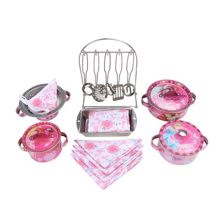 Disney Игровой набор детской посуды Принцесса Королевское угощениеDSN0201-004Главной особенностью набора является фирменное и красочное оформление, выполненное совместно с компанией Disney. Каждый элемент тщательно проработан и детализирован – от упаковки до самого маленького блюдца. Материал посуды – прочный, легкий металл, который не разобьется во время игры. В набор кухонной посуды Королевское угощение входит 20 предметов: - 5 салфеток - 1 прихватка - 5 приборов - 3 крышки - 3 кастрюли - 1 форма - 1 дуршлаг - 1 подставка