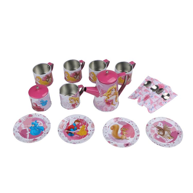 Disney Игровой набор детской посуды Принцесса АврораDSN0201-007Главной особенностью набора является фирменное и красочное оформление, выполненное совместно с компанией Disney. Каждый элемент тщательно проработан и детализирован – от упаковки до самого маленького блюдца. Материал посуды – прочный, легкий металл, который не разобьется во время игры. В набор кофейной посуды Аврора входит 17 предметов: - 1 салфетка - 4 ложки - 4 блюдца - 4 чашки - 1 чайник с крышкой - 1 молочник - 1 сахарница с крышкой