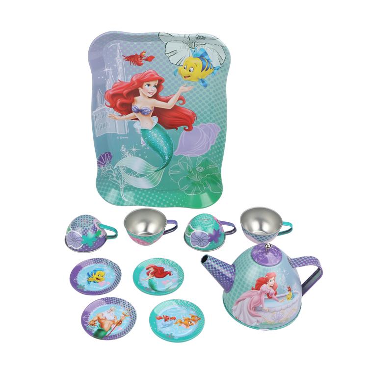 Disney Игровой набор детской посуды Принцесса АриэльDSN0201-011Главной особенностью набора является фирменное и красочное оформление, выполненное совместно с компанией Disney. Каждый элемент тщательно проработан и детализирован – от упаковки до самого маленького блюдца. Материал посуды – прочный, легкий металл, который не разобьется во время игры. В набор чайной посуды Ариель входит 11 предметов: - поднос - 4 блюдца - 4 чашки - чайник с крышкой