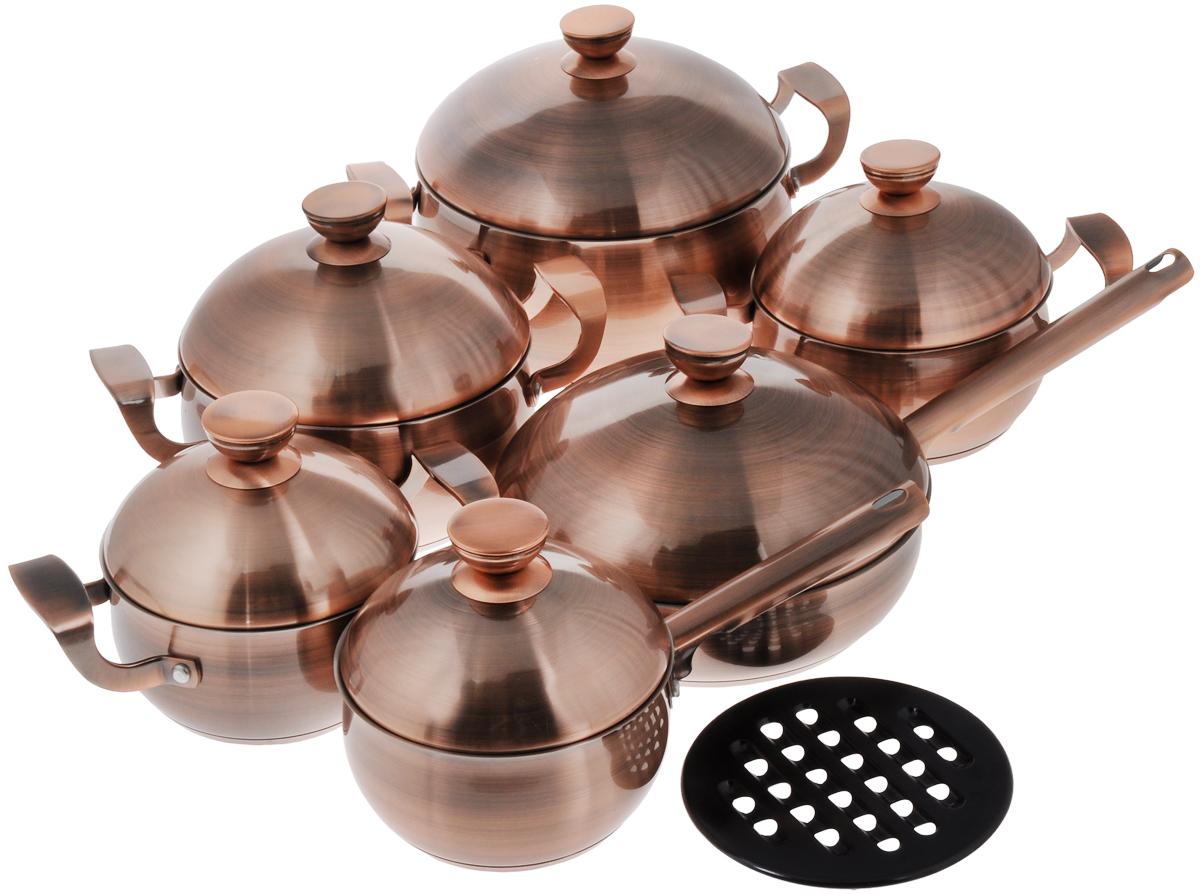 Набор посуды Supra Takara, 13 предметовSTS-1207Kit_13 предметовНабор посуды Supra Takara состоит из четырех кастрюль разного объема с крышками, сотейника с крышкой, ковша с крышкой и бакелитовой подставки под горячее. Предметы набора выполнены из нержавеющей стали с медным покрытием и имеют четырехслойное вштампованное индукционное дно. Технология вштампованного дна с алюминиевым основанием позволяет мгновенно накапливать тепло и равномерно распределять его по всему корпусу посуды. В результате пища прогревается быстро и однородно, а воды или масла требуется гораздо меньше. Кроме того, посуду с таким дном можно использовать с любыми плитами, включая индукционные. Посуда оснащена удобными ненагревающимися ручками, куполообразными крышками и имеет внутреннюю шкалу литража. Коллекция посуды Takara - подарок эстетам, гурманам и ценителям красоты. Элегантный и благородный дизайн кастрюль, ковша и сотейника станет украшением вашей кухни на долгие годы. Их медное покрытие не только радует глаз: оно отличается высокой...