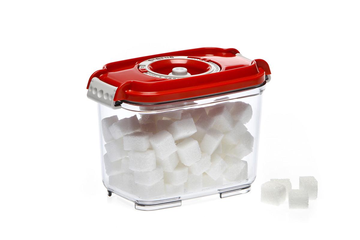 Контейнер вакуумный Status, цвет: прозрачный, красный, 800 мл. VAC-REC-08VAC-REC-08 RedБлагодаря использованию вакуумных контейнеров, продукты не подвергаются внешнему воздействию и срок хранения значительно увеличивается. Продукты сохраняют свои вкусовые качества и аромат, а запахи в холодильнике не перемешиваются. Контейнер для хранения продуктов в вакууме Прочный хрустально-прозрачный тритан Прямоугольная форма Объем 0,8 литра Индикатор даты (месяц, число) BPA-Free Размер: 15,5 x 9 x 10,5 см Сделано в Словении Допускается замораживание (до -21 °C), мойка контейнера в посудомоечной машине, разогрев в СВЧ (без крышки). Рекомендовано хранение следующих продуктов: сахара, кофе, травы, печенье, пирожное, салями, сыр, чеснок, крупы, различные сладости, соусы. Вакуумный контейнер объемом 0,8 л может устойчиво храниться сверху на вакуумном контейнере 0,5 л.
