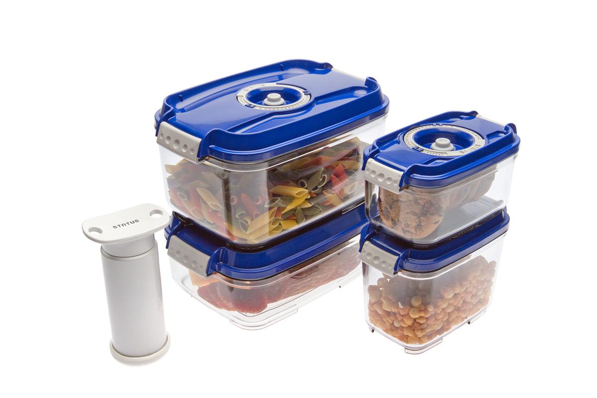 Набор вакуумных контейнеров Status, цвет: прозрачный, синий, 4 шт, + ПОДАРОК: вакуумный насос StatusVAC-REC-Smaller BlueНабор вакуумных контейнеров Status рекомендован для хранения следующих продуктов: фрукты, овощи, хлеб, колбасы, сыры, сладости, соусы, супы. Благодаря использованию вакуумных контейнеров, продукты не подвергаются внешнему воздействию и срок хранения значительно увеличивается. Продукты сохраняют свои вкусовые качества и аромат, а запахи в холодильнике не перемешиваются. Контейнеры изготовлены из прочного хрустально-прозрачного тритана. На крышке - индикатор даты (месяц, число). Допускается замораживание (до -21 °C), мойка контейнера в посудомоечной машине, разогрев в СВЧ (без крышки). Объем контейнеров: 0,5; 0,8; 1,4; 2,0 л. Вакуумный насос Status станет отличным дополнением к набору аксессуаров и принадлежностей для кухни. Прибор практичен и удобен в использовании, помогает сохранить свежесть продуктов и увеличить их срок хранения. Такой эффект достигается путем создания внутри контейнеров вакуума, который приостанавливает размножение в продуктах...