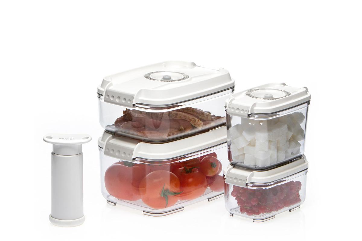 Набор вакуумных контейнеров Status, цвет: прозрачный, белый. VAC-REC-SmallerVAC-REC-Smaller WhiteПромо набор вакуумных контейнеров с подарком Комплектация: контейнеры 0,5 л, 0,8 л, 1,4 л, 2,0 л + ручной насос в подарок. Благодаря использованию вакуумных контейнеров, продукты не подвергаются внешнему воздействию, и срок хранения значительно увеличивается. Продукты сохраняют свои вкусовые качества и аромат, а запахи в холодильнике не перемешиваются. Контейнеры для хранения продуктов в вакууме Прочный хрустально-прозрачный тритан Прямоугольная форма контейнеров Индикатор даты (месяц, число) BPA-Free Сделано в Словении Допускается замораживание (до -21 °C), мойка контейнера в ПММ, разогрев в СВЧ (без крышки). Рекомендовано хранение следующих продуктов: фрукты, овощи, хлеб, колбасы, сыры, сладости, соусы, супы.