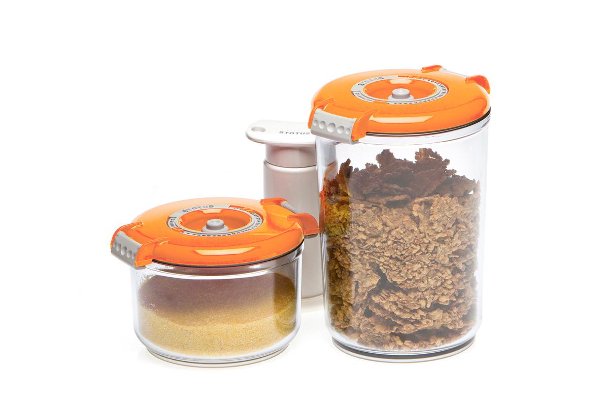 Набор вакуумных контейнеров Status, цвет: прозрачный, оранжевый, 2 шт, + ПОДАРОК: вакуумный насос StatusVAC-RD-Round OrangeНабор вакуумных контейнеров Status рекомендован для хранения следующих продуктов: сахар, кофе в зёрнах, чай, мука, крупы, соусы, супы. Благодаря использованию вакуумных контейнеров, продукты не подвергаются внешнему воздействию и срок хранения значительно увеличивается. Продукты сохраняют свои вкусовые качества и аромат, а запахи в холодильнике не перемешиваются. Контейнеры изготовлены из прочного хрустально-прозрачного тритана. На крышке - индикатор даты (месяц, число). Допускается замораживание (до -21 °C), мойка контейнера в посудомоечной машине, разогрев в СВЧ (без крышки). Объем контейнеров: 0,75; 1,5 л. Вакуумный насос Status станет отличным дополнением к набору аксессуаров и принадлежностей для кухни. Прибор практичен и удобен в использовании, помогает сохранить свежесть продуктов и увеличить их срок хранения. Такой эффект достигается путем создания внутри контейнеров вакуума, который приостанавливает размножение в продуктах бактерий и...